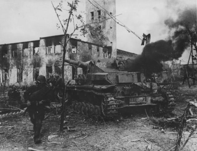 Немецкий танк, подожженный на улице Сталинграда