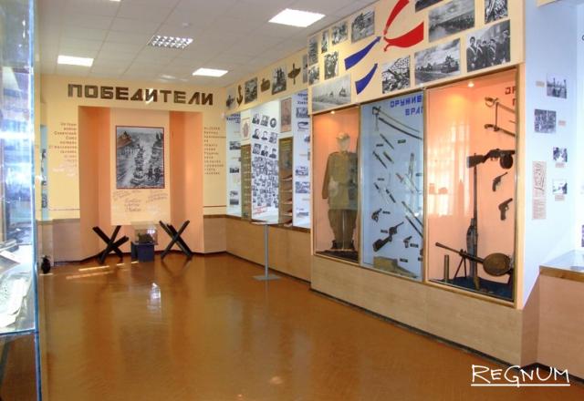 Так выглядела экспозиция «Победители» в краеведческом музее Бийска с представленными на ней уникальными образцами холодного и огнестрельного оружия