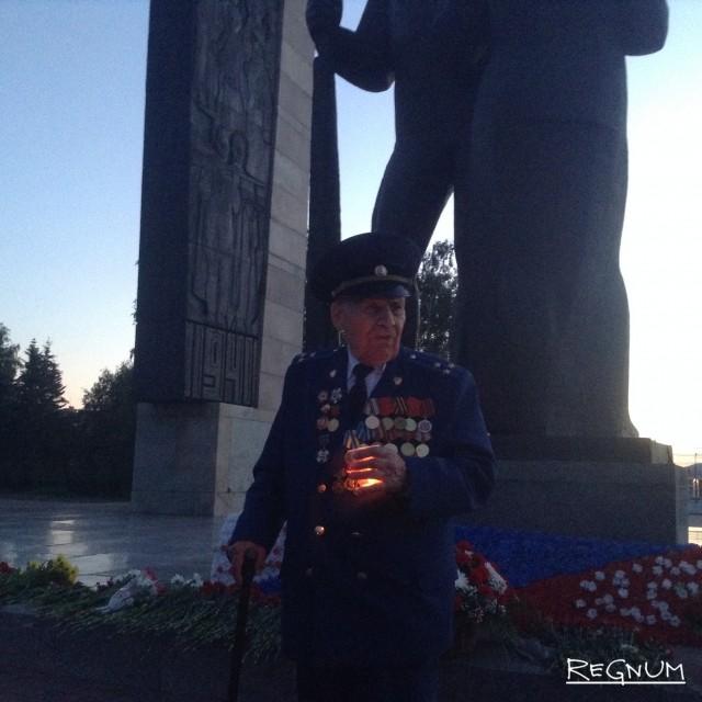 Алтайский ветеран на мемориале Славы в Барнауле. Акция «Свеча памяти»