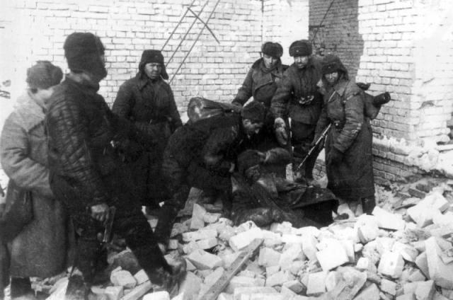 Красноармейцы вытаскивают немецкого снайпера в Сталинграде