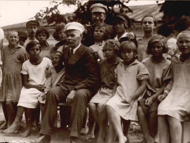 А.М.Горький и А.С.Макаренко с группой девочек-воспитанниц и с группой воспитанников колонии. Куряж, 1928