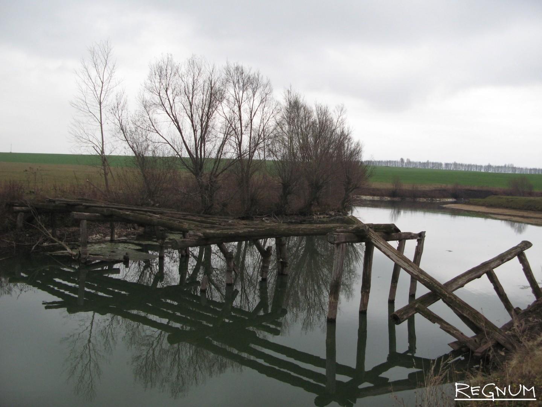 Разрушенный мост в сельской местности. Поволжье. Россия. 2010-е годы