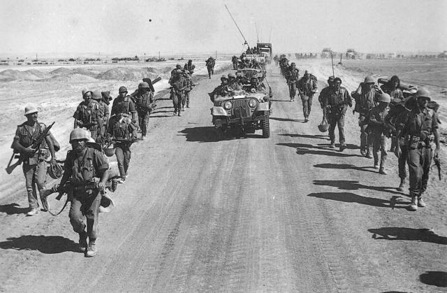 Израильские войска на дороге Суэц-Каир