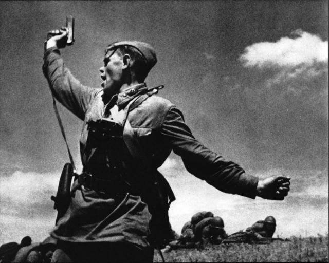 Советский Комбат Алексей Кравченко поднимая бойцов в атаку. 1942