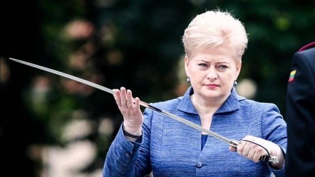 Президент Литвы Даля Грибаускайте с саблей