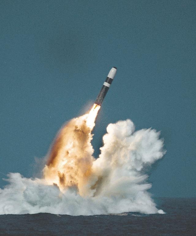 Запуск ракеты Trident II D-5, американской подводной лодкой типа «Огайо» из подводного положения