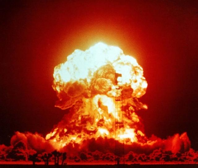 Взрыв однофазной ядерной бомбы мощностью 23 кт. Полигон в Неваде (1953 год)