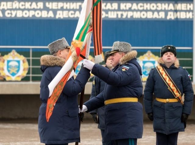 В Псковской дивизии ВДВ торжественно передали знамя новому командиру
