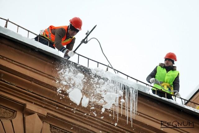 Расчистка крыш на Малом проспекте Петроградской стороны