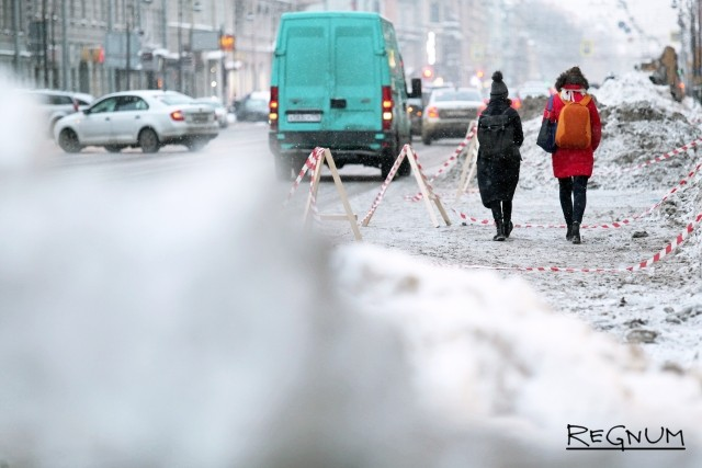 Кучи снега приходится обходить по проезжей части