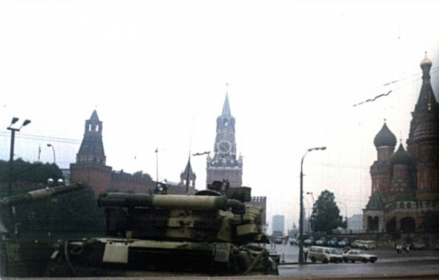 Танки в Москве во время переворота 1991 года. Место съёмки северный подход Большого Москворецкого моста, рядом с Васильевским спуском