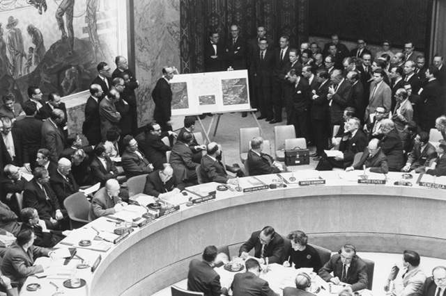 Карибский кризис. Эдлай Стивенсон демонстрирует аэрофотоснимки пусковых установок советских ракет на Кубе Совету Безопасности ООН