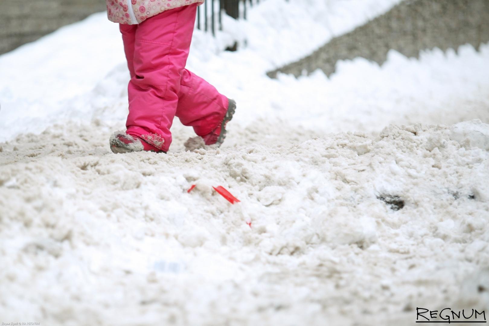 Дети на заснеженных улицах Петербурга