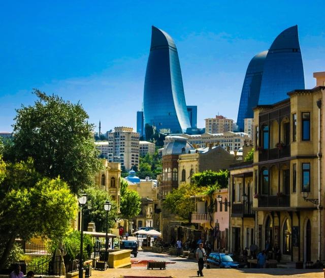 Старая часть города Баку на фоне современных небоскрёб