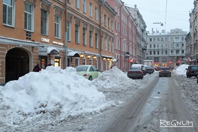 Сугробы на Гагаринской улице. Санкт-Петербург