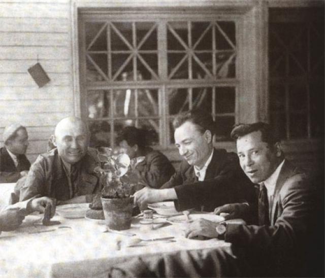 Муса Джалиль (справа) и композитор Н. Жиганов во время работы над оперой «Алтынчеч»