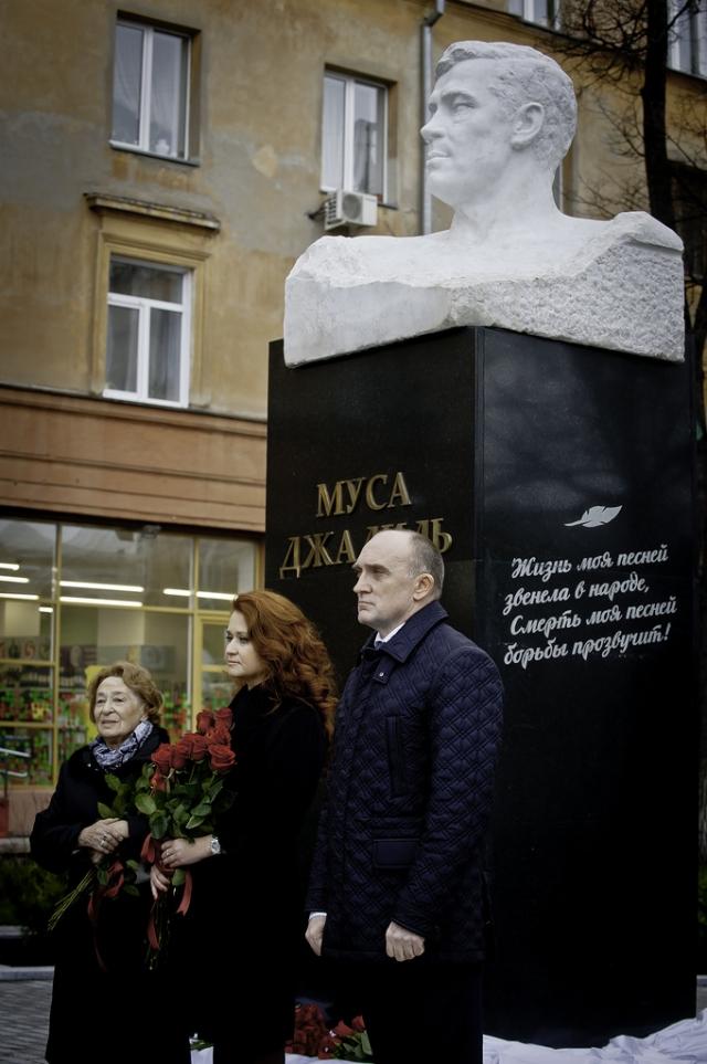Чулпан Залилова (крайняя слева) на открытии памятника Мусе Джалилю в Челябинске