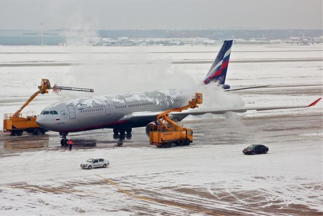 Противообледенительная обработка самолёта Airbus A330-200 компании Аэрофлот в аэропорту Шереметьево