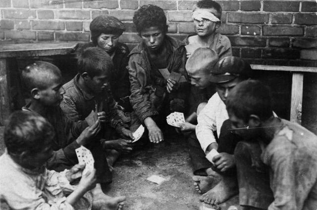 Беспризорники за игрой в карты. 1925