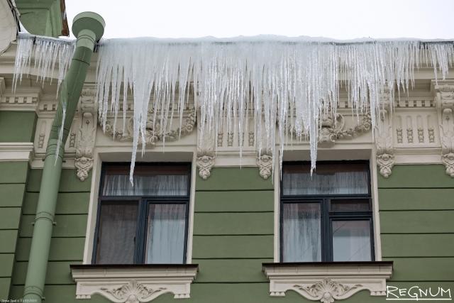 Смольный приказал за три дня очистить петербургские крыши от наледи