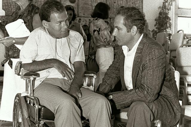 Нетаньяху беседует с одним из солдат, раненных в ходе операции «Энтеббе». 1986