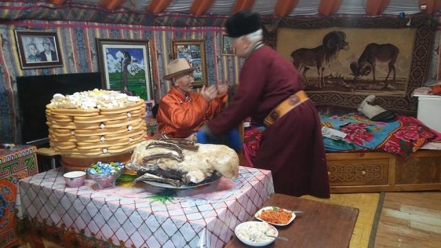 Житель сомона Алтанбулак аймака Селенга Лувсандашийн Загдсүрэн приветствует гостя