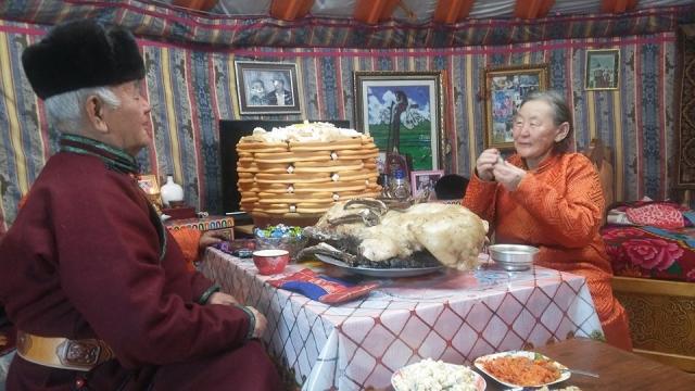 Хозяйка дома Орломаагийн Цагаан проводит обряд обмена табакерками. В Монголии не только пожилые, но и молодые женщины носят при себе табакерки в дни традиционного праздника