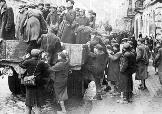 Евреев из Варшавского гетто отправляют на принудительные работы. 1941 год