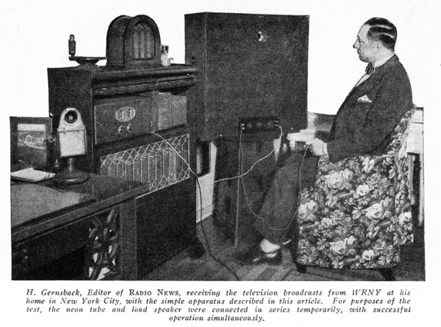 Издатель Хьюго Гернсбек смотрит передачу собственной механической телестанции WRNY. Август 1928 год chippfest.blogspot.ru]