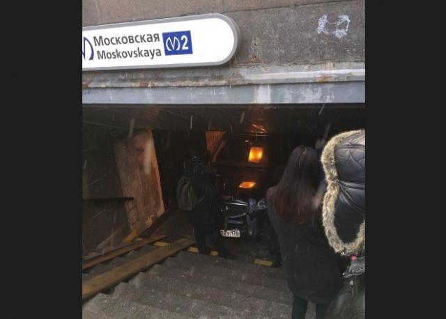 Водитель внедорожника умышленно въехал в подземный переход в Петербурге