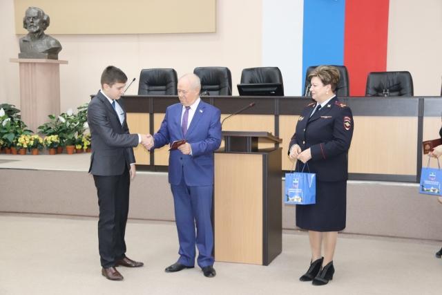 Глава самоуправления Калуги вручил паспорта 14 юношам