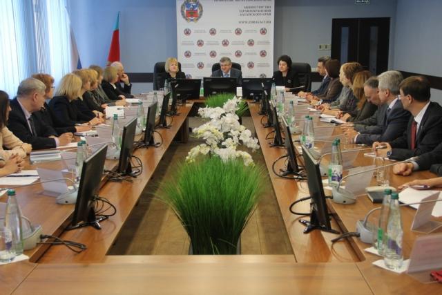 Заместитель министра здравоохранения России Сергей Краевой проводит совещание в алтайском минздраве