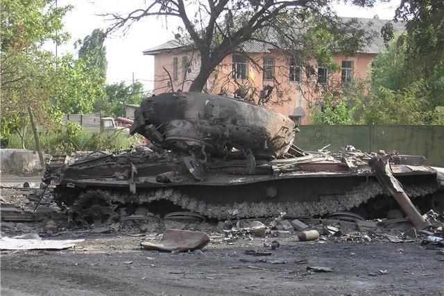 Подбитый грузинский Т-72 в Цхинвале. Август 2008 года