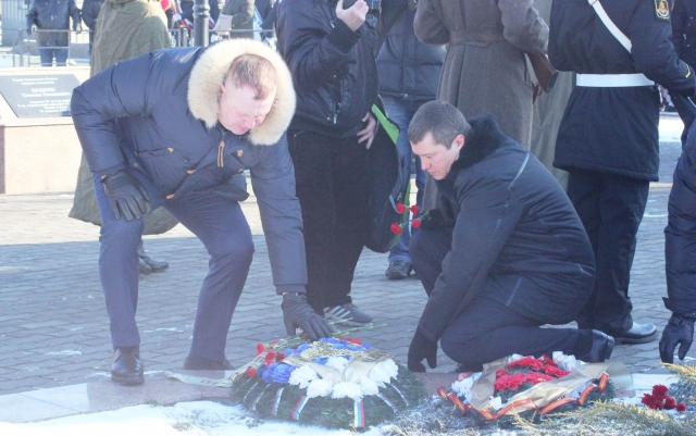 Сергей Мельников и Алексей Родин возложили венок к братской могиле в Балтийске