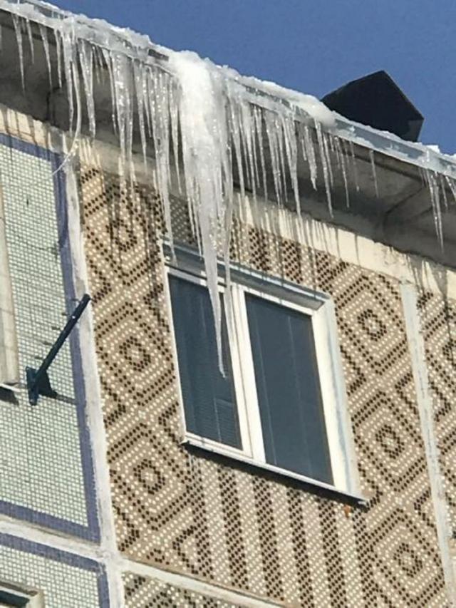 Прокуратура заставила управляющие компании сбить сосульки с крыш в Калуге