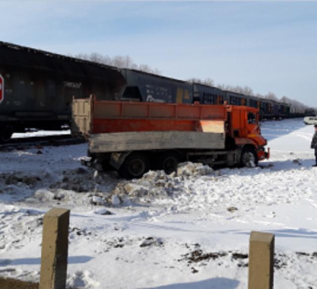 Грузовой поезд столкнулся с «КамАЗом» в Липецкой области