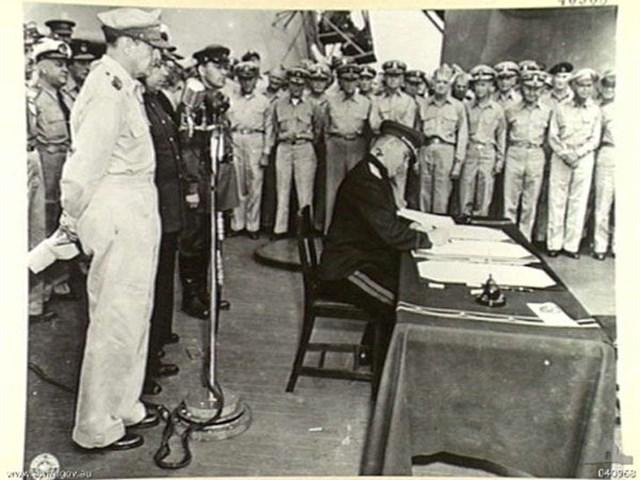 Представитель СССР К. Н. Деревянко ставит свою подпись под актом о капитуляции Японии