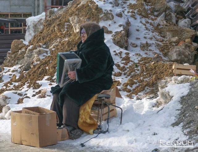 Уличный заработок старушки в Барнауле