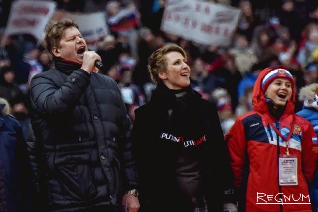 Дмитрий Губерниев и Яна Чурикова поют гимн России