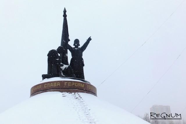 За монументом видны высотки