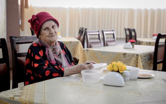 Пенсионерка в столовой