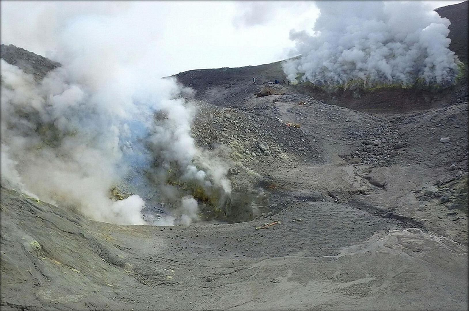 Фумаролы на вулкане Кудрявый, в газах которых в 1992 году был найден рений