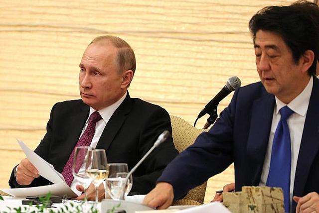 Владимир Путин и Синдзо Абэ в ходе российско-японских переговоров