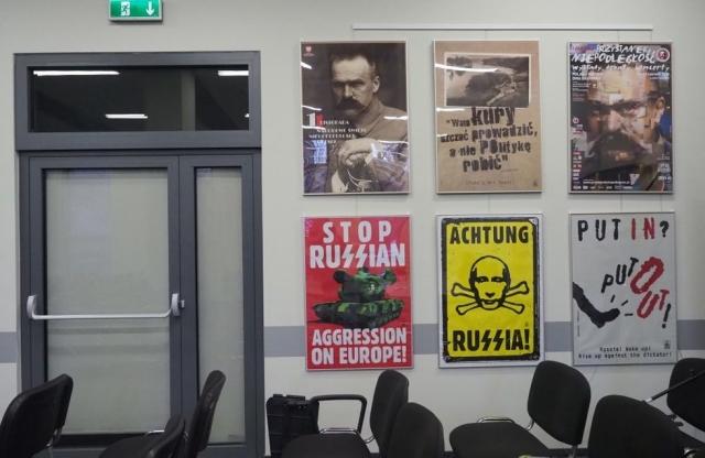 Вот такие плакаты выставляют в государственных учреждениях Польши