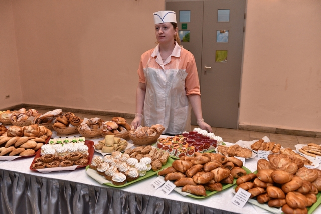 Мэр Ярославля проверил пирожки  на избирательных участках
