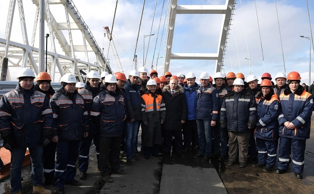 Путин со строителями Крымского моста