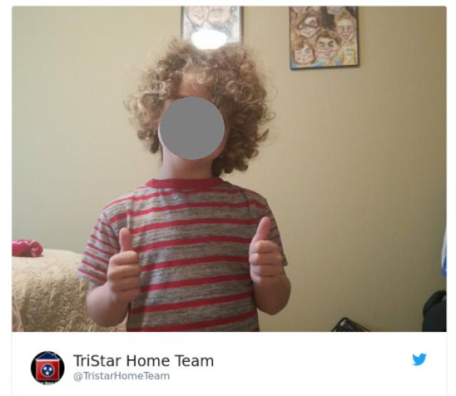 4-летний Кайзлер присоединился к своей семье и тоже показал большой палец вверх