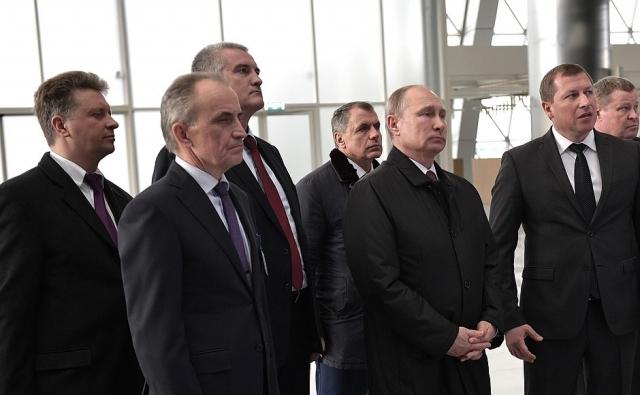 Владимир Путин осматривает аэропорт Симферополя