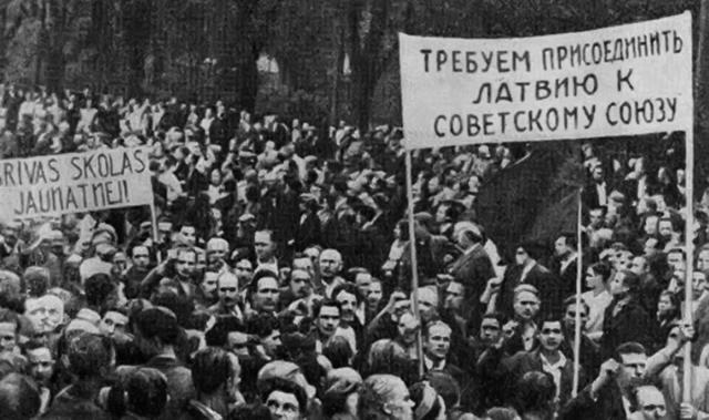 Манифестация в Латвии летом 1940 года с требованием присоединить Латвию к СССР