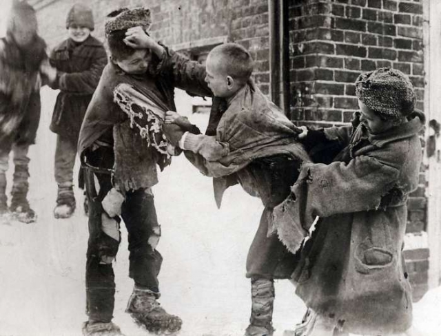 Драка между тремя беспризорниками. СССР, 1922 год